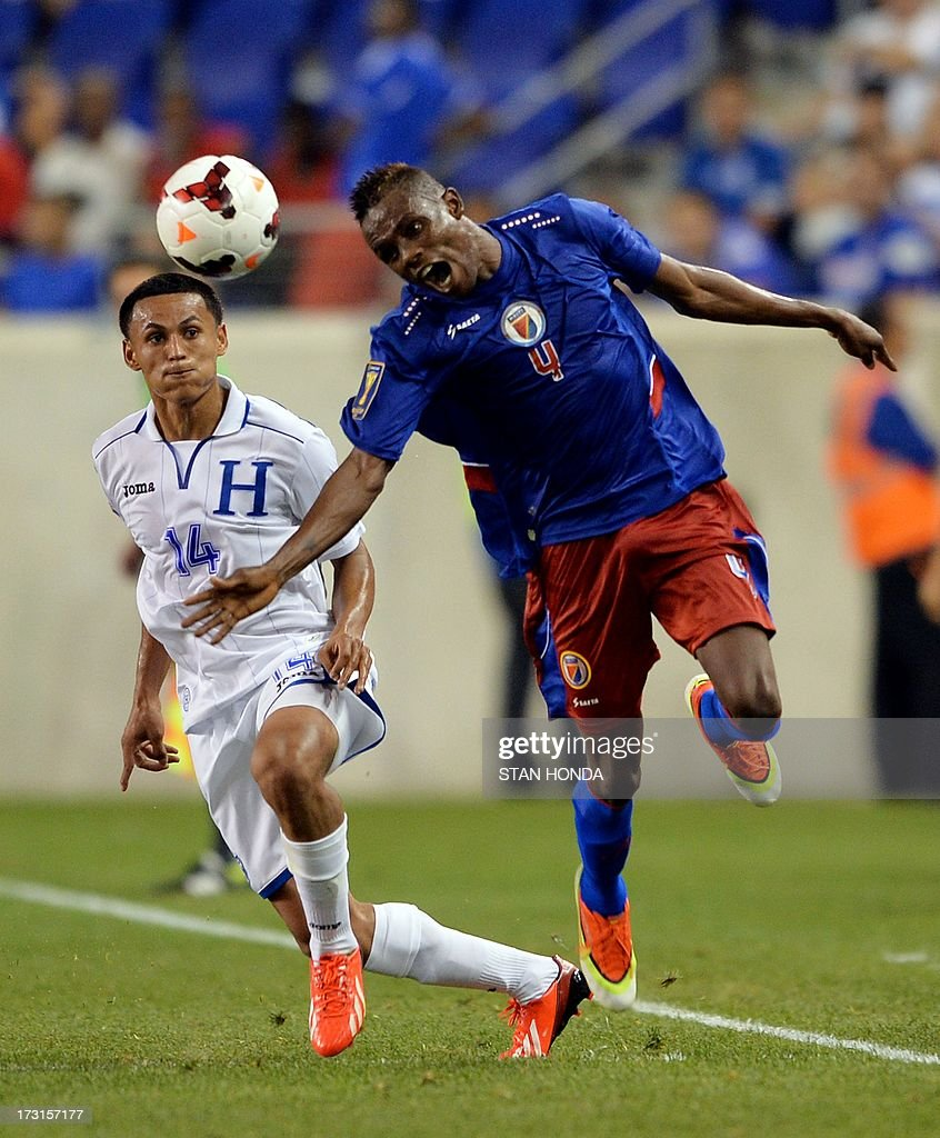 Wilde Donald Guerrier (R) of Haiti and Andy Najar (L) of Honduras during the 2013 CONCACAF Gold Cup match July 8, 2013 at Red Bull Stadium in Harrison, New Jersey won by Honduras, 2-0. AFP PHOTO/Stan HONDA