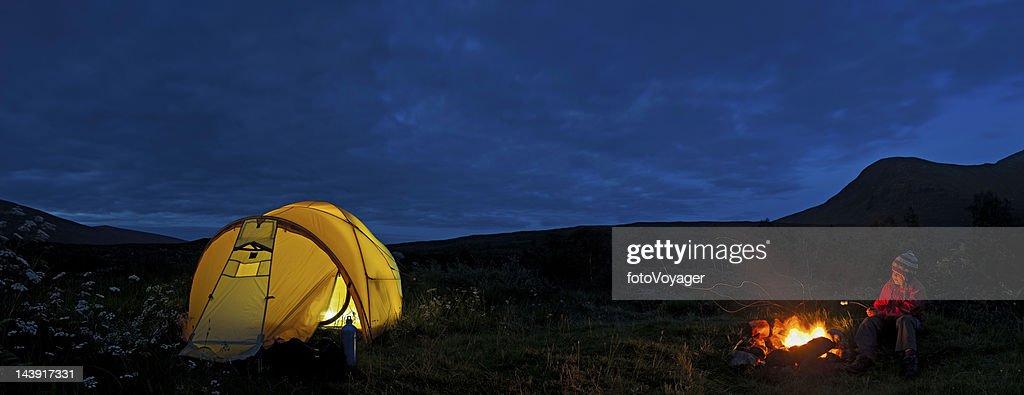 Wilderness camp fire child toasing marshmallows Scotland : Stock Photo