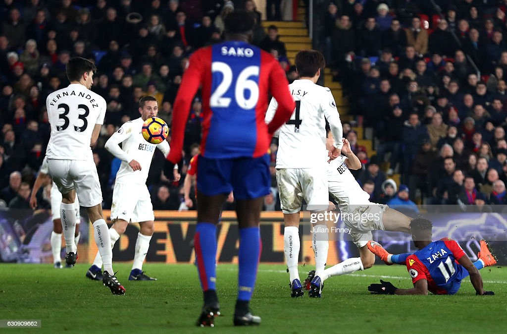 Wilfried Zaha (1st R) of Crystal Palace scores his side's first goal during the Premier League match between Crystal Palace and Swansea City at Selhurst Park on January 3, 2017 in London, England.