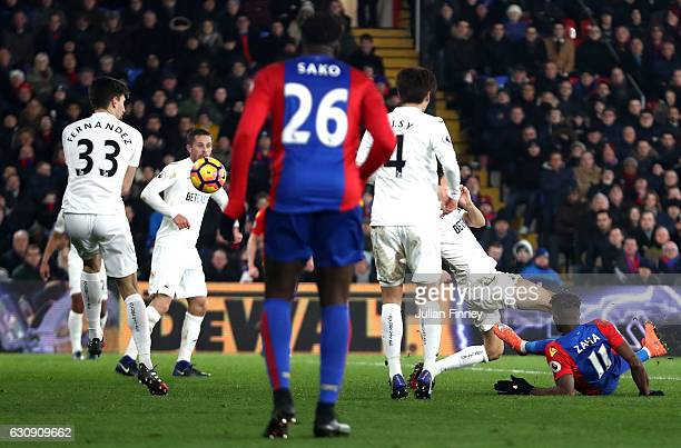 Wilfried Zaha of Crystal Palace scores his side's first goal during the Premier League match between Crystal Palace and Swansea City at Selhurst Park...