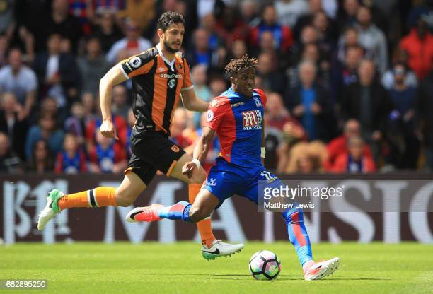 Wilfried Zaha of Crystal Palace scores his sides first goal during the Premier League match between Crystal Palace and Hull City at Selhurst Park on...