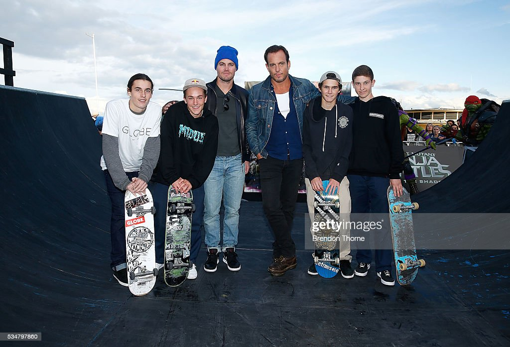 Will Arnett and Stephen Amell pose with young skateboarders at Bondi beach during a photo call ahead of the Australian premiere of Teenage Mutant Ninja Turtles 2 on May 28, 2016 in Sydney, Australia.