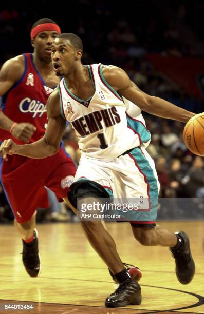 Will Solomon of the Memphis Grizzlies drives past Quentin Richardson of the Los Angeles Clippers during their game 25 February 2002 at the Pyramid in...