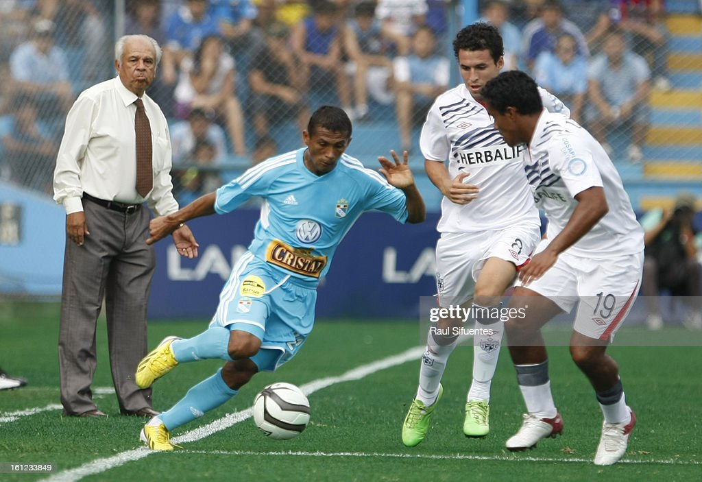 <a gi-track='captionPersonalityLinkClicked' href=/galleries/search?phrase=William+Chiroque&family=editorial&specificpeople=4226272 ng-click='$event.stopPropagation()'>William Chiroque</a> of Sporting Cristal fights for the ball with Jose Carlos Fernandez of San Martin during a match between Sporting Cristal and San Martin as part of The 2013 Torneo Descentralizado at the Alberto Gallardo Stadium on February 09, 2013 in Lima, Peru