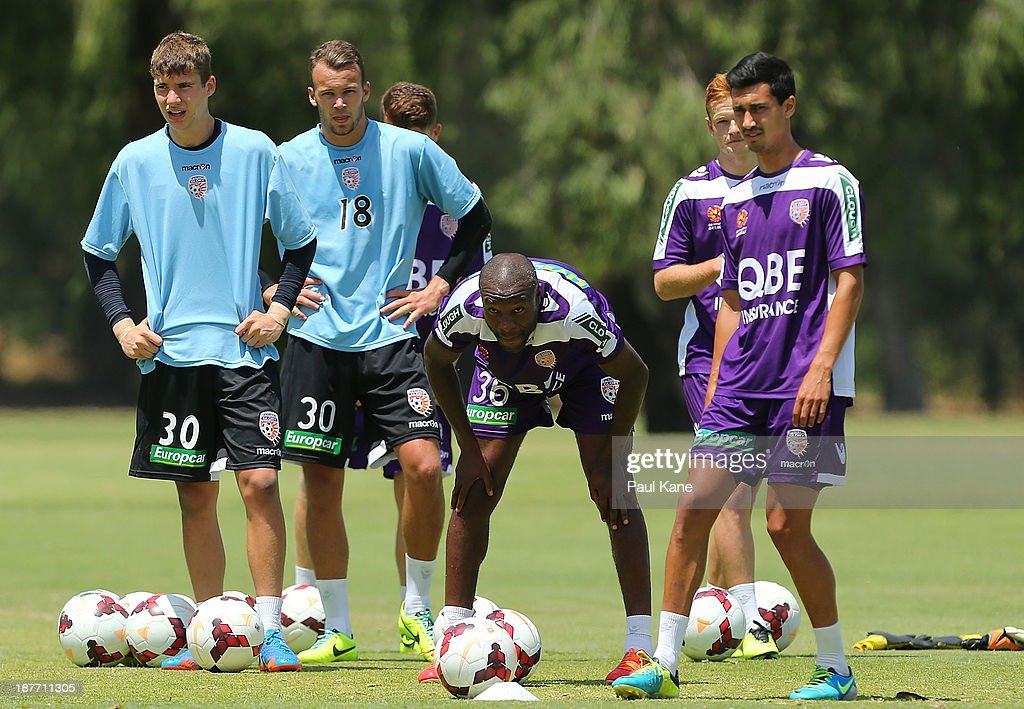 <a gi-track='captionPersonalityLinkClicked' href=/galleries/search?phrase=William+Gallas&family=editorial&specificpeople=204437 ng-click='$event.stopPropagation()'>William Gallas</a> of the Glory looks on during a Perth Glory A-League training session at McGillivray Oval on November 12, 2013 in Perth, Australia.