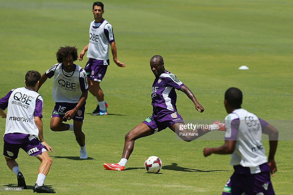 <a gi-track='captionPersonalityLinkClicked' href=/galleries/search?phrase=William+Gallas&family=editorial&specificpeople=204437 ng-click='$event.stopPropagation()'>William Gallas</a> of the Glory passses the ball during a Perth Glory A-League training session at McGillivray Oval on November 12, 2013 in Perth, Australia.
