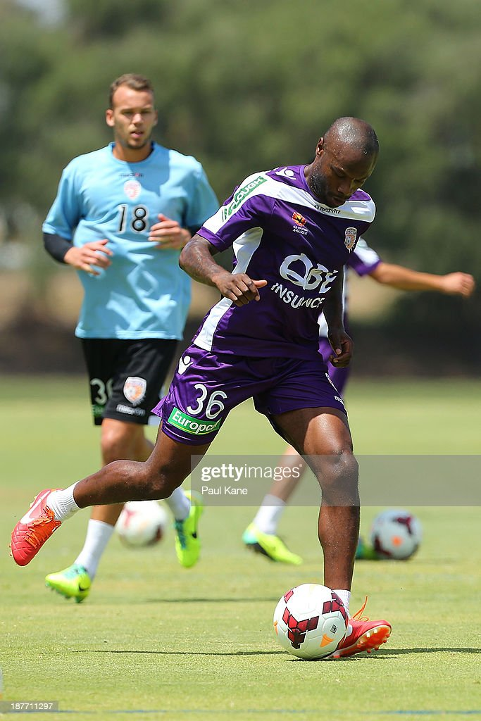 <a gi-track='captionPersonalityLinkClicked' href=/galleries/search?phrase=William+Gallas&family=editorial&specificpeople=204437 ng-click='$event.stopPropagation()'>William Gallas</a> of the Glory runs thru a drill during a Perth Glory A-League training session at McGillivray Oval on November 12, 2013 in Perth, Australia.