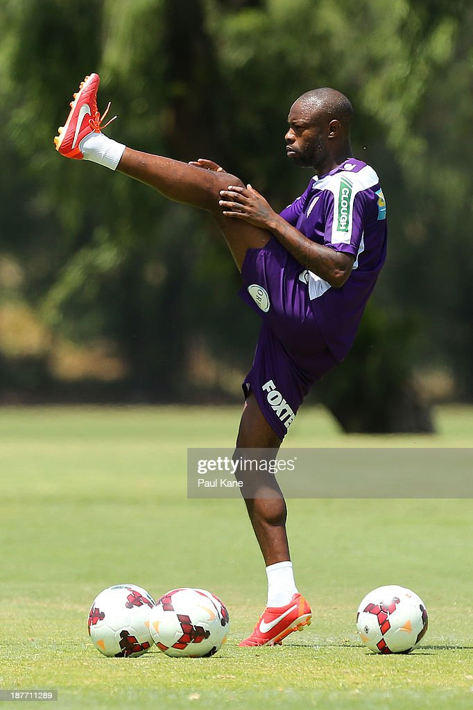 <a gi-track='captionPersonalityLinkClicked' href=/galleries/search?phrase=William+Gallas&family=editorial&specificpeople=204437 ng-click='$event.stopPropagation()'>William Gallas</a> of the Glory stretches during a Perth Glory A-League training session at McGillivray Oval on November 12, 2013 in Perth, Australia.