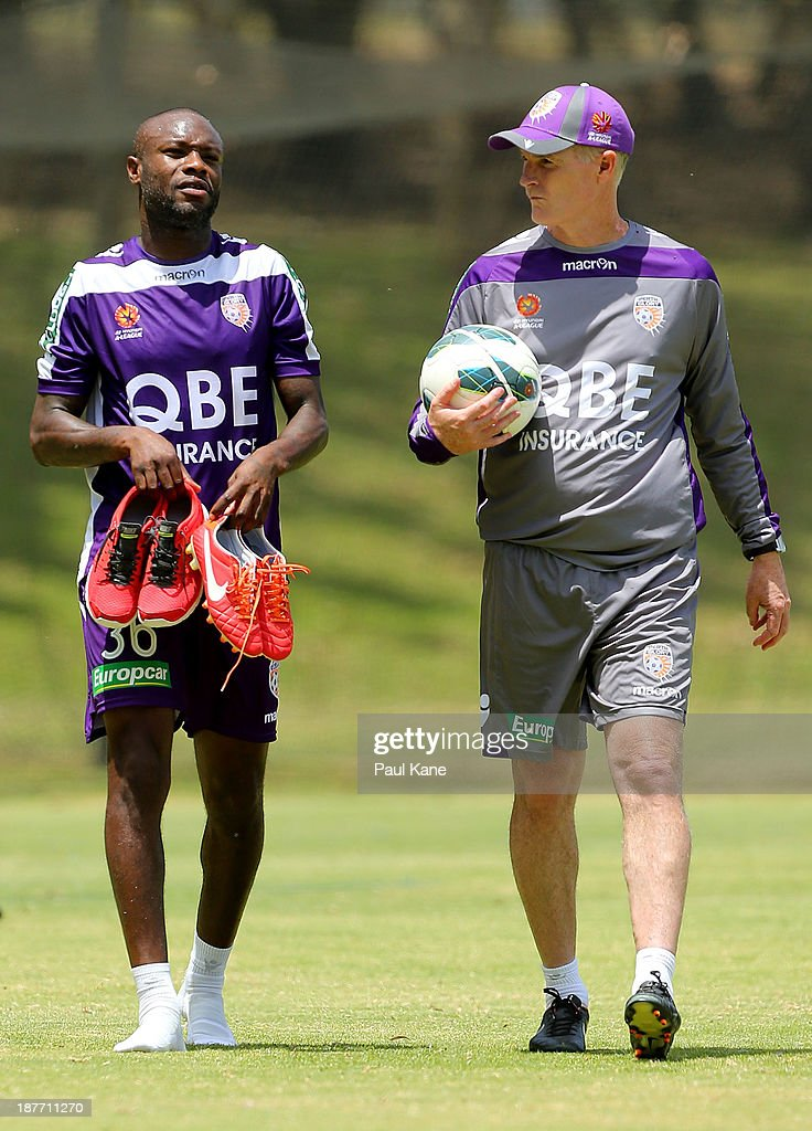 <a gi-track='captionPersonalityLinkClicked' href=/galleries/search?phrase=William+Gallas&family=editorial&specificpeople=204437 ng-click='$event.stopPropagation()'>William Gallas</a> of the Glory talks with coach Alistair Edwards after a Perth Glory A-League training session at McGillivray Oval on November 12, 2013 in Perth, Australia.