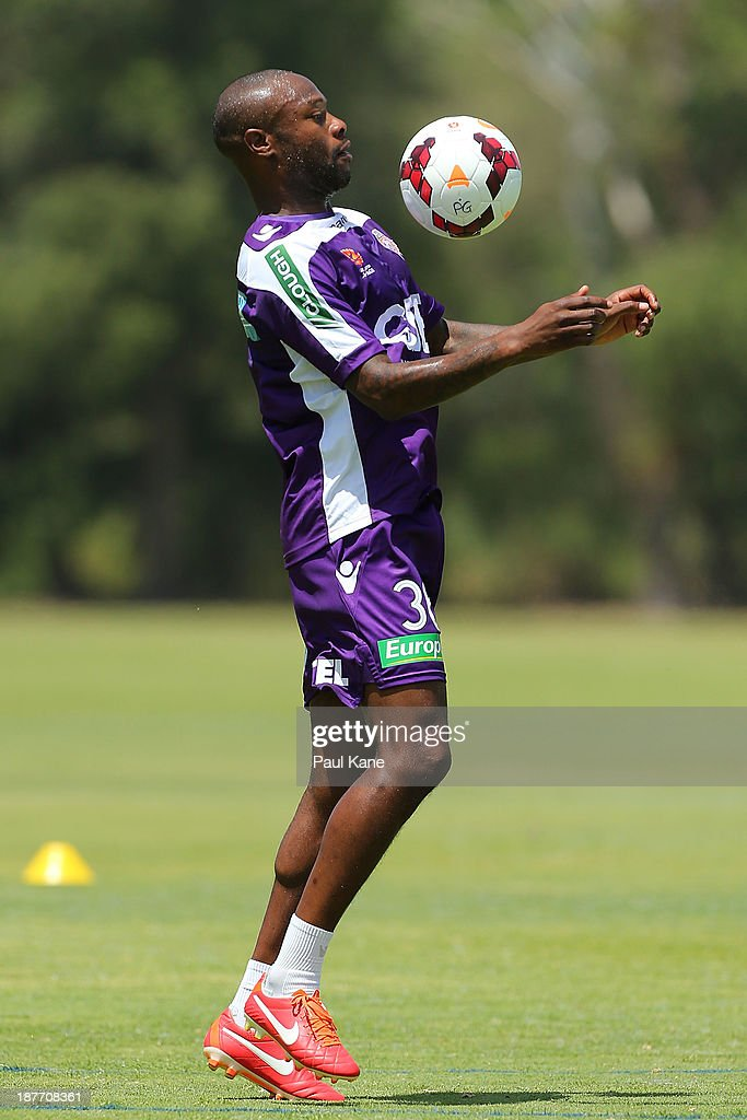 <a gi-track='captionPersonalityLinkClicked' href=/galleries/search?phrase=William+Gallas&family=editorial&specificpeople=204437 ng-click='$event.stopPropagation()'>William Gallas</a> of the Glory traps the ball during a Perth Glory A-League training session at McGillivray Oval on November 12, 2013 in Perth, Australia.