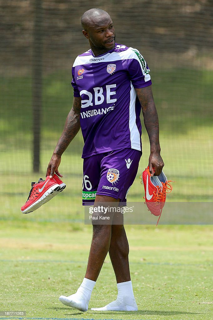 <a gi-track='captionPersonalityLinkClicked' href=/galleries/search?phrase=William+Gallas&family=editorial&specificpeople=204437 ng-click='$event.stopPropagation()'>William Gallas</a> of the Glory walks from the field after a Perth Glory A-League training session at McGillivray Oval on November 12, 2013 in Perth, Australia.