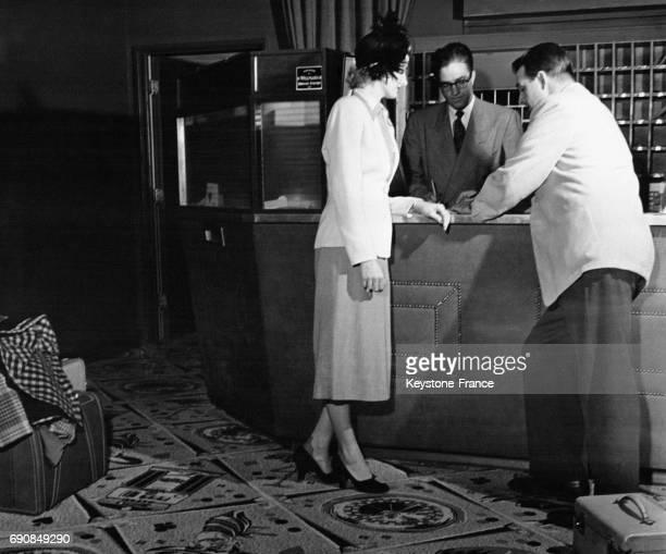 William Rand et Pat King font inscrire leurs noms au registre de l'hôtel Flamingo à Las Vegas Nevada aux EtatsUnis avant de se marier pas besoin...
