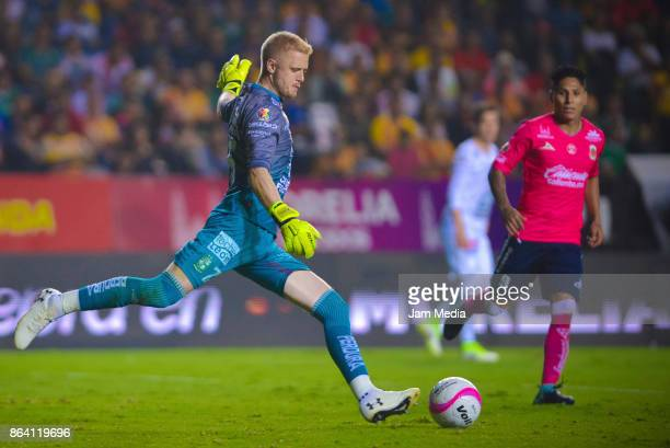 William Yarbrough of Leon and Raul Ruidiaz of Morelia fight for the ball during the 14th round match between Morelia and Leon as part of the Torneo...