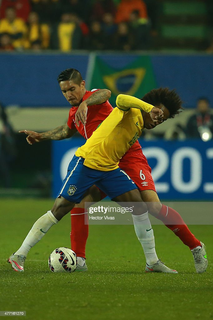 <a gi-track='captionPersonalityLinkClicked' href=/galleries/search?phrase=Willian+-+Soccer+Player+for+Chelsea+and+Brazil&family=editorial&specificpeople=9886576 ng-click='$event.stopPropagation()'>Willian</a> of Brazil fights for the ball with <a gi-track='captionPersonalityLinkClicked' href=/galleries/search?phrase=Juan+Vargas+-+Soccer+Player&family=editorial&specificpeople=4167791 ng-click='$event.stopPropagation()'>Juan Vargas</a> of Peru during the 2015 Copa America Chile Group C match between Brazil and Peru at Municipal Bicentenario Germán Becker Stadium on June 14, 2015 in Temuco, Chile.