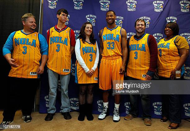 Willie Green of the New Orleans Hornets poses with fans during the unveiling of the new gold alternate uniforms on November 28 2010 at the New...