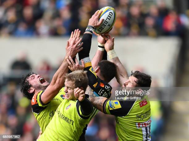 Willie Le Roux of Wasps is surrounded by Dom Barrow Mathew Tait and Adam Thomstone of Leicester Tigers during the Aviva Premiership match between...