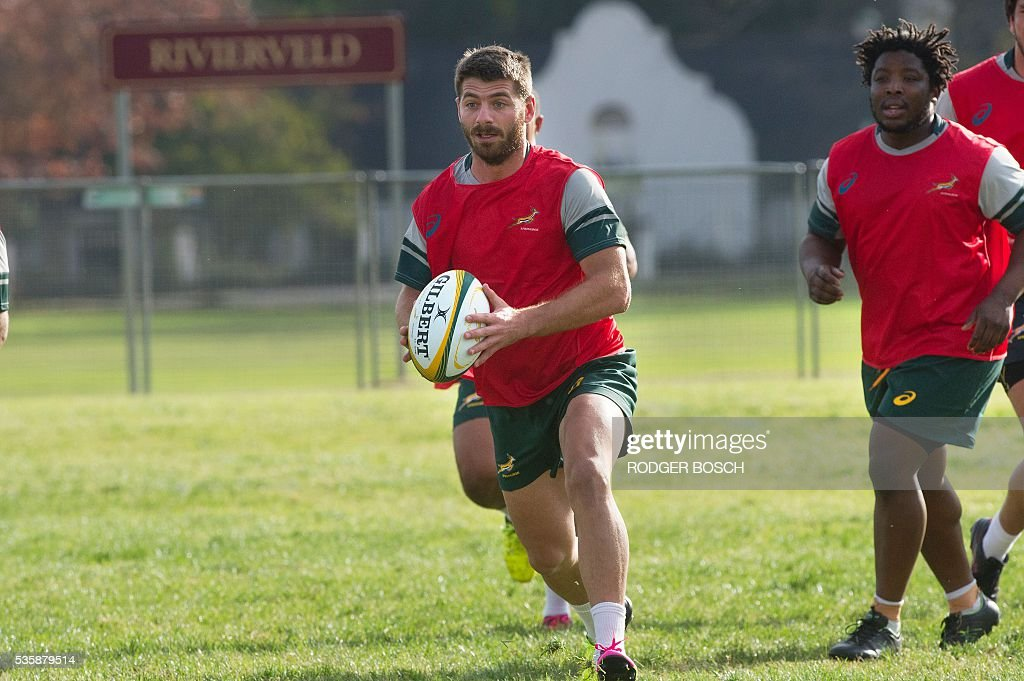 Willie le Roux (L) takes part in the South Africa's national rugby team Springbok training after the announcement of the new captain appointment on 30 May, 2016 in Stellenbosch, near Cape town. Adriaan Strauss will captain South Africa in a three-Test home series against Ireland during June, new national coach Allister Coetzee announced Monday in Stellenbosch near Cape Town. / AFP / RODGER