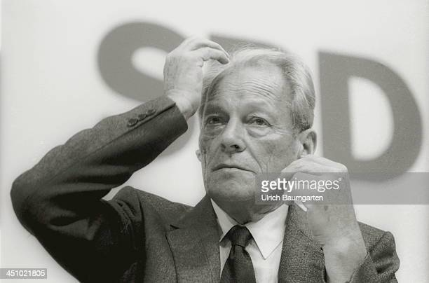 Willy Brandt gestures during the SPD party convention on May 16 1984 in Essen Germany