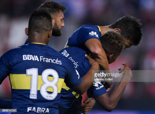 Wilmar Barrios of Boca Juniors celebrates with teammates after scoring the first goal of his team during a match between Estudiantes and Boca Juniors...