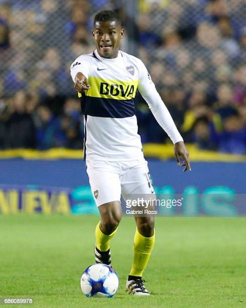 Wilmar Barrios of Boca Juniors drives the ball during a match between Boca Juniors and Newell's Old Boys as part of Torneo Primera Division 2016/17...