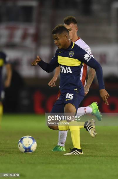 Wilmar Barrios of Boca Juniors drives the ball during a match between Huracan and Boca Juniors as part of Torneo Primera Division 2016/17 at Tomas...