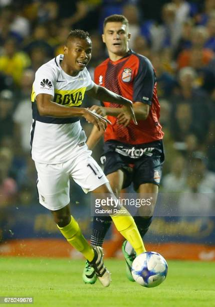 Wilmar Barrios of Boca Juniors fights for the ball with Marcos Curado of Arsenal during a match between Boca Juniors and Arsenal as part of Torneo...