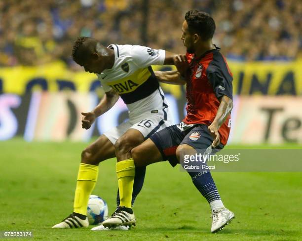 Wilmar Barrios of Boca Juniors fights for the ball with Sergio Velazquez of Arsenal during a match between Boca Juniors and Arsenal as part of Torneo...