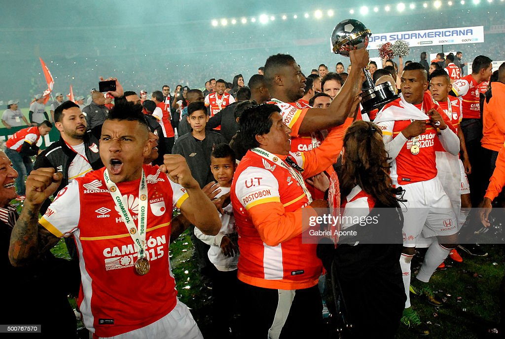 Wilson Morelo of Independiente Santa Fe celebrates after winning a final match between Independiente Santa Fe and Huracan as part of Copa...