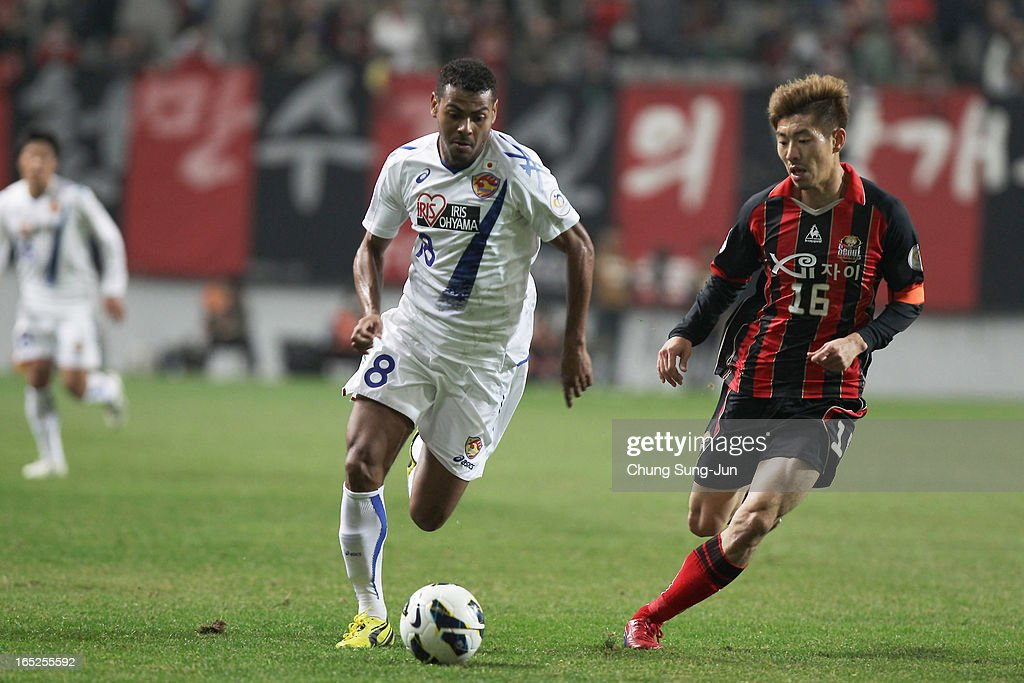 Wilson Rodrigues Fonseca of Vegalta Sendai tussles for possession with Ha Dae-Sung of FC Seoul during the AFC Champions League Group E match between FC Seoul and Vegalta Sendai at Seoul World Cup Stadium on April 2, 2013 in Seoul, South Korea.