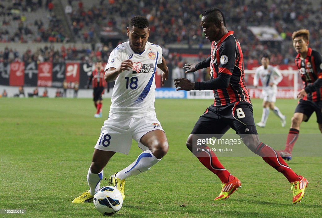 Wilson Rodrigues Fonseca of Vegalta Sendai tussles for possession with Adilson Dos Santos of FC Seoul during the AFC Champions League Group E match between FC Seoul and Vegalta Sendai at Seoul World Cup Stadium on April 2, 2013 in Seoul, South Korea.