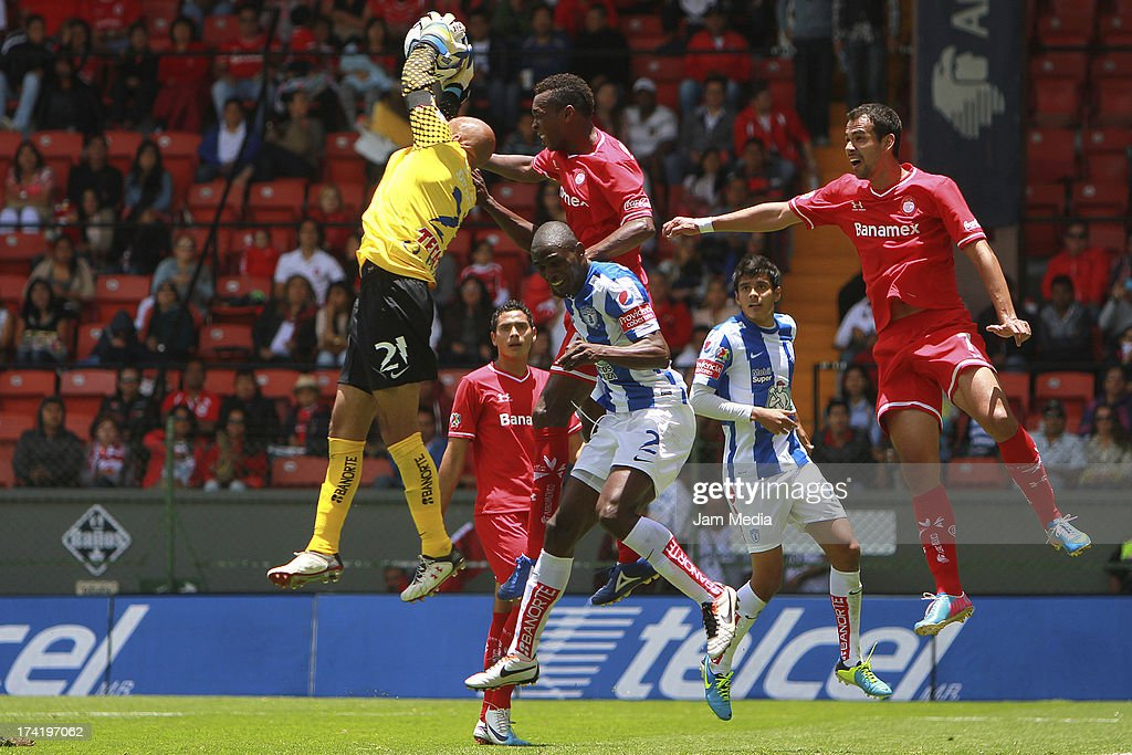 Wilson Tiago (L) of Toluca struggles for the ball with <a gi-track='captionPersonalityLinkClicked' href=/galleries/search?phrase=Oscar+Perez&family=editorial&specificpeople=2373819 ng-click='$event.stopPropagation()'>Oscar Perez</a> (R) of Tijuana during the match between Toluca and Pachuca as part of the Apertura 2013 Liga Bancomer MX at Nemesio Diez Stadium on july 21, 2013 in Toluca, Mexico.