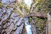 Wimbachklamm bei Ramsau im Berchtesgadener Land mit Brücke und Felsen