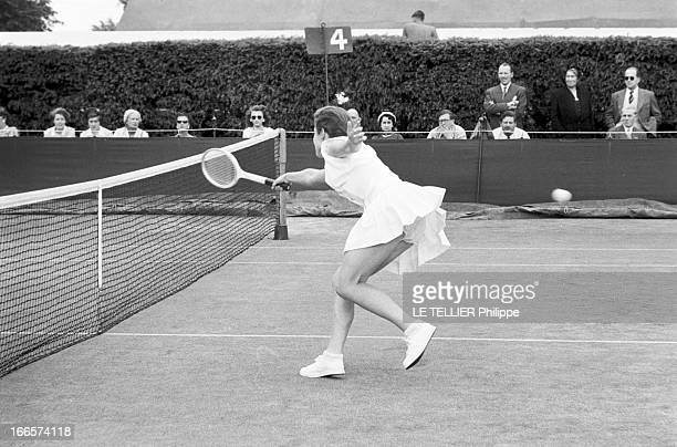 Wimbledon Tennis Tournament 1955 Londres juin 1955 A l'occasion du tournoi de Wimbledon une joueuse non identifiée en action sur un court de tennis...