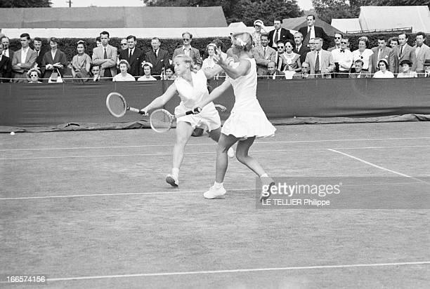 Wimbledon Tennis Tournament 1955 Londres juin 1955 A l'occasion du tournoi de Wimbledon les joueuses Darlene HARD et Beverley FLEITZ en action sur un...