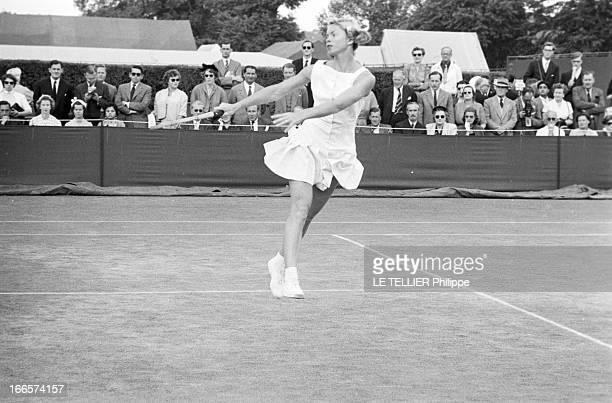 Wimbledon Tennis Tournament 1955 Londres juin 1955 A l'occasion du tournoi de Wimbledon la joueuse Beverley FLEITZ en action sur un court de tennis...