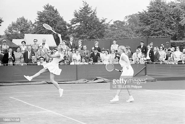 Wimbledon Tennis Tournament 1955 Londres juin 1955 A l'occasion du tournoi de Wimbledon les joueuses Beverley FLEITZ et Darlene HARD en action sur un...
