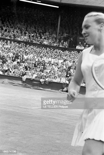 Wimbledon Tennis Tournament 1955 Londres juin 1955 A l'occasion du tournoi de Wimbledon la joueuse Darlene HARD en action sur un court de tennis lors...