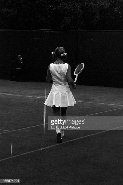 Wimbledon Tennis Tournament 1955 Londres juin 1955 A l'occasion du tournoi de Wimbledon la joueuse Beverly FLEITZ coiffée de couettes marchant de dos...