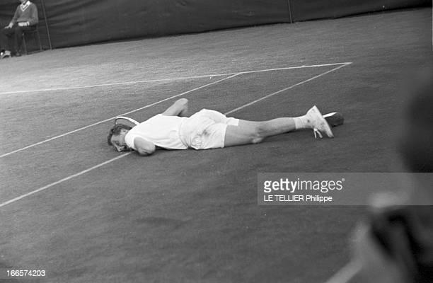 Wimbledon Tennis Tournament 1955 Londres juin 1955 A l'occasion du tournoi de Wimbledon le joueur Alfred HUBER étendu sur un court de tennis après...