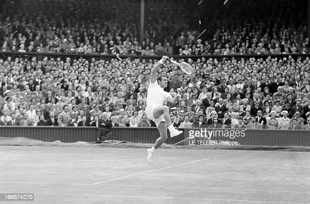 Wimbledon Tennis Tournament 1955 Londres juin 1955 A l'occasion du tournoi de Wimbledon le joueur Kurt NIELSEN en action sur un court de tennis lors...