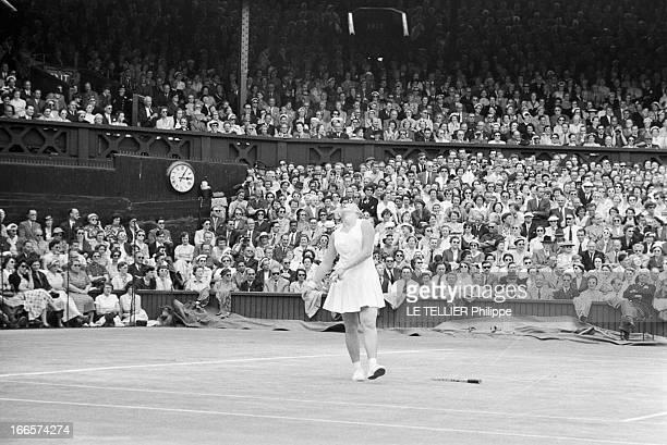 Wimbledon Tennis Tournament 1955 Londres RoyaumeUni juin 1955 Le tournoi de Wimbledon La joueuse de tennis américain Darlene HARD 19 ans en action La...