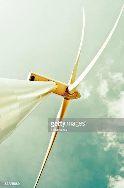 Windkraftanlage mit grünen sky