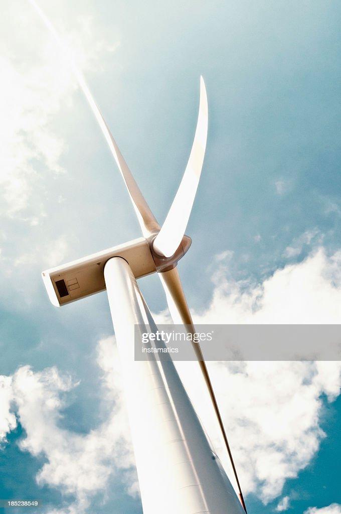 Turbina a vento con nuvole bianche : Foto stock