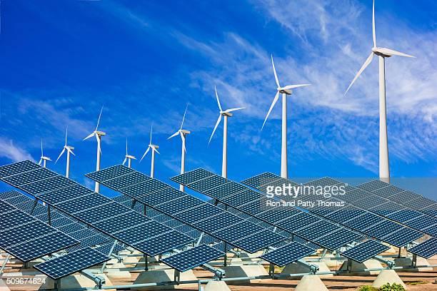 Turbinas viento y paneles solares de la energía verde