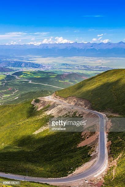 Kurvenreiche Straße in den Bergen