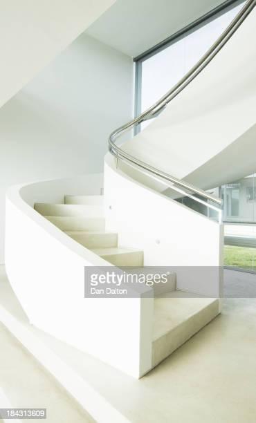 Geschwungene Treppe in modernen Haus