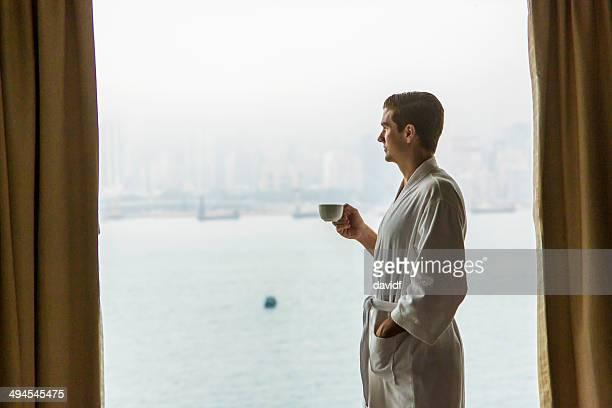 Homme fenêtre café