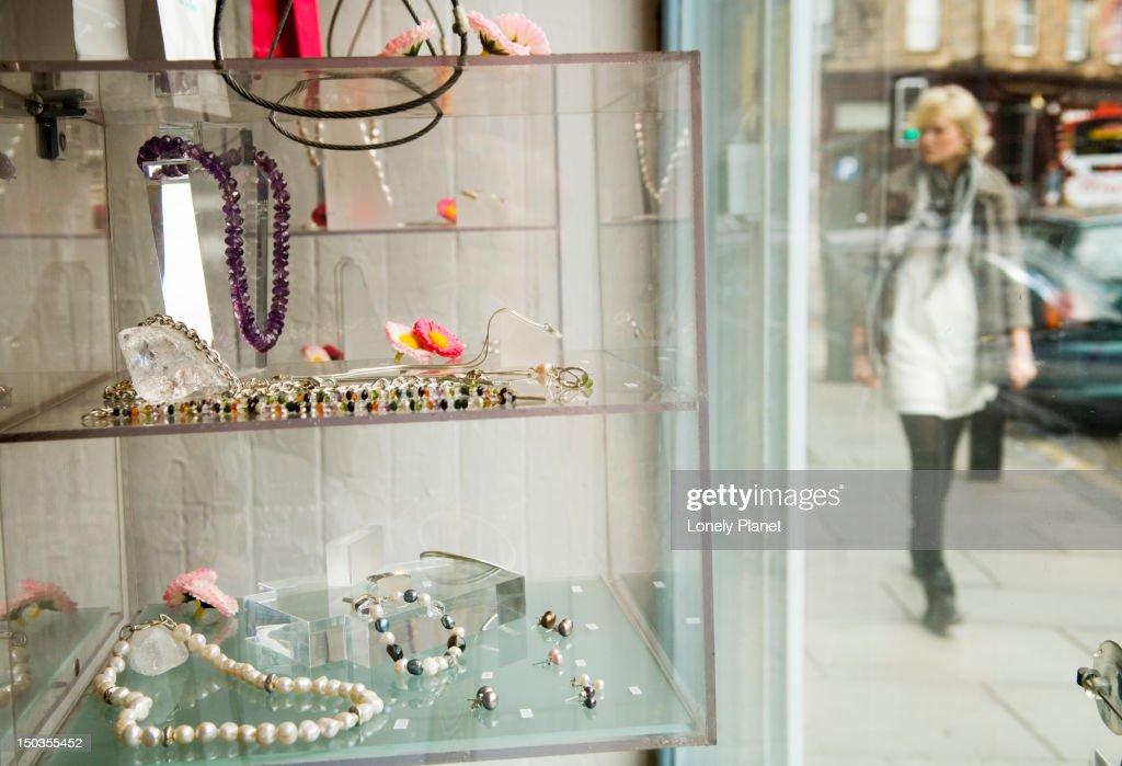 Window display, Annie Smith jewellery studio on Raeburn Place, Stockbridge. : Stock Photo
