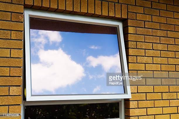 Finestra che riflette il cielo