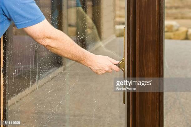 窓拭き屋クリーニングガラス製のパティオドアからウィンドウ